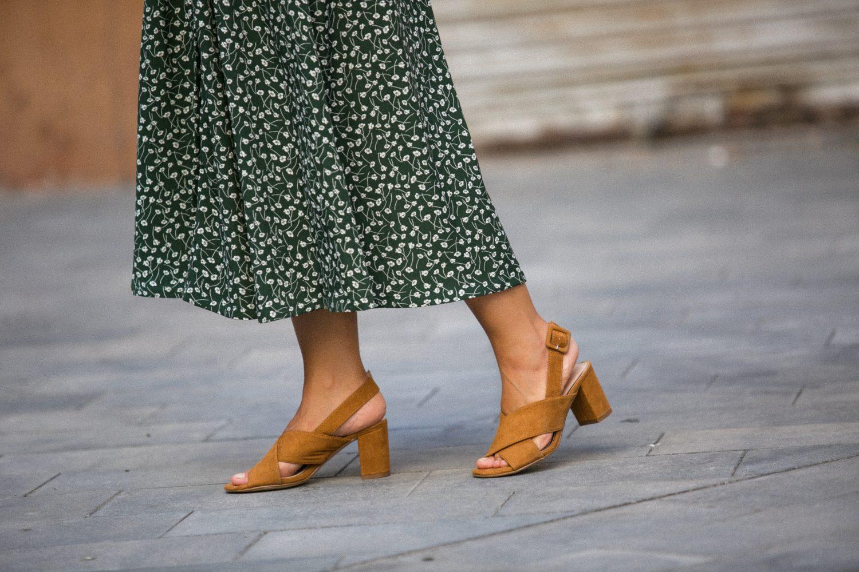 falda de monki con sandalias de Bryan Stepwise