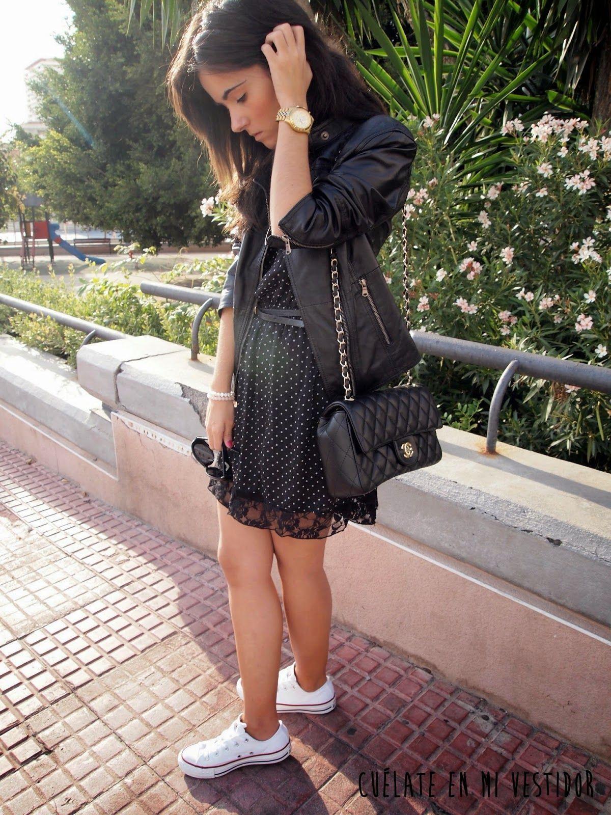 Vestido lunares y zapatillas