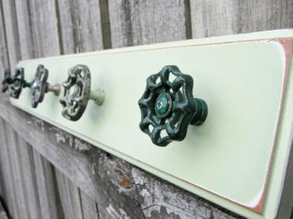 perchero con materiales reciclados