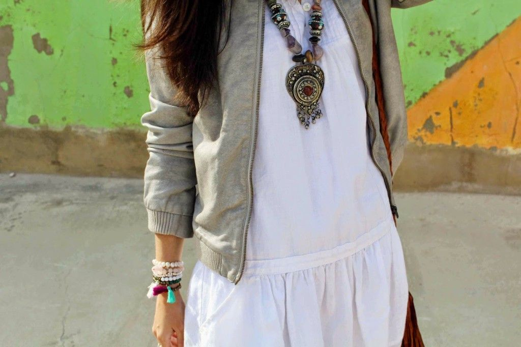 vestido blanco con botas